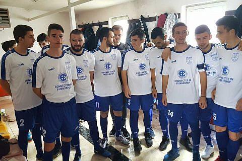 """Die Worte """"In Freundschaft verbunden"""" und das CHW-Logo zieren die neuen Trikots der Fußballmannschaft von Ohrid"""
