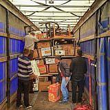 Albanische Helfer beim Entladen