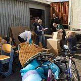 Helfer in Wismar beladen den LKW