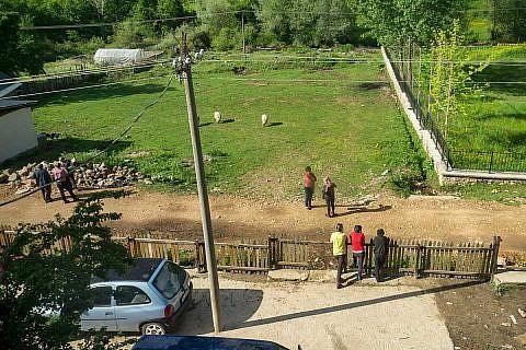Dieser Strommast liefert die Energie für die Kinder von Bishnica