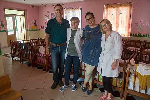 Dietmar Schöer, Diola Malasi (2.v.r.) und Kindergarten-Mitarbeiterinnen