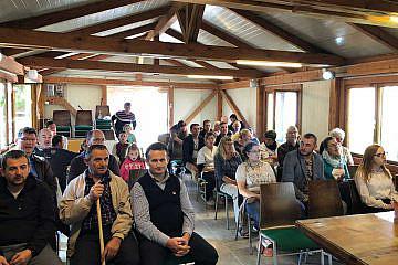 Gottesdienst mit Dorfbewohnern und Gästen