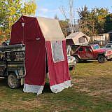 Die Wiese neben der Schule wird zum Campingplatz