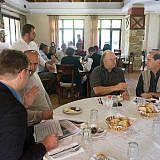 Gespräche der Teilnehmer beim Frühstück …