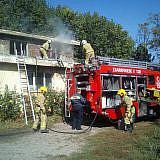 Foto 1: Feuerwehrübung mit dem ehemaligen Wismarer Feuerwehrfahrzeug (Foto: Pressestelle der Stadt Wismar)