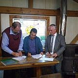 Foto 2: Unterzeichnung eines Vertrages zur Zusammenarbeit zwischen der Diakonia Albania und der Stadt Pogradec. Von links nach rechts: Frieder Weinhold, Eduart Kapri, Thomas Beyer (Foto: Pressestelle der Stadt Wismar)