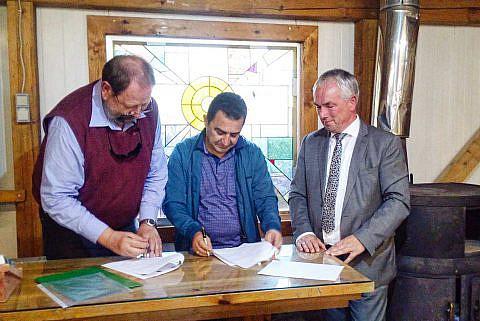 Bürgermeister Eduart Kapri unterzeichnet den Kooperationsvertrag mit der Diakonia Albania, wichtig für die Weiterentwicklung unseres Internatsprojekts