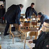 Vorbereiten des Versammlungsraums in Velçan