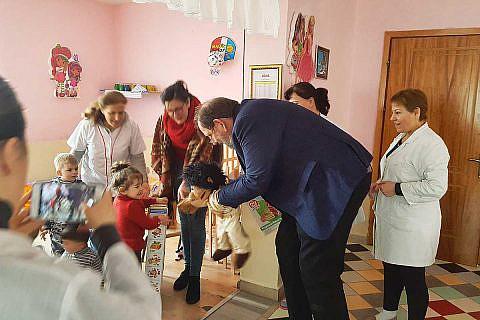 März 2018: Übergabe gespendeter Spielsachen und Kinderkleidung für einen städtischen Kindergarten in Librazhd