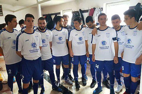 """März 2018: Die Worte """"In Freundschaft verbunden"""" und das CHW-Logo zieren die neuen Trikots der Fußballmannschaft von Ohrid (dank guter Kontakte und einer Sonderspende)"""