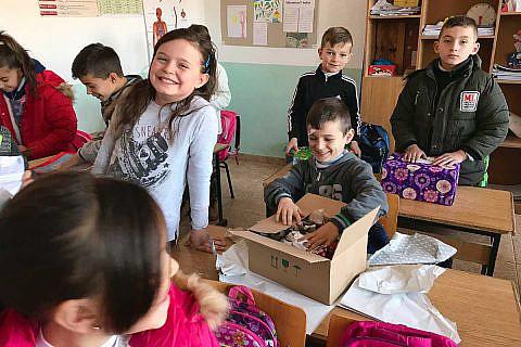 An der Weihnachtspäckchenaktion 2017 waren wieder viele Spender und Helfer mit großem Engagement beteiligt