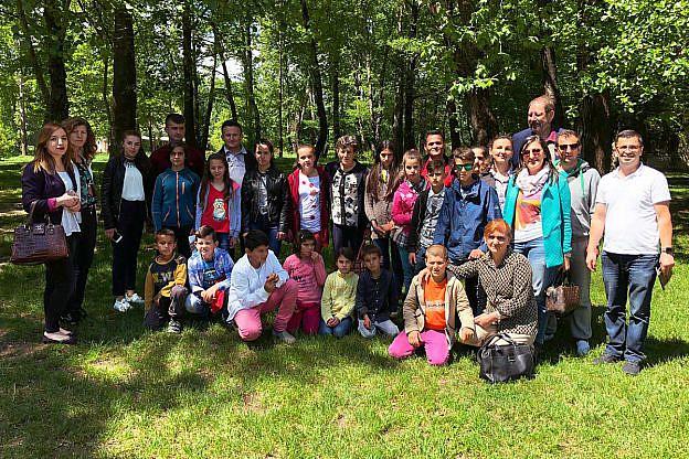 Highlight im Internatsjahr: Der Ausflug der Kinder und Mitarbeiter nach Pogradec. Dort verbrachte die Gruppe eine tolle Zeit am See mit Spieleprogramm, Bootsfahrt und einer Geburtstagsfeier für Azem Hoxha.