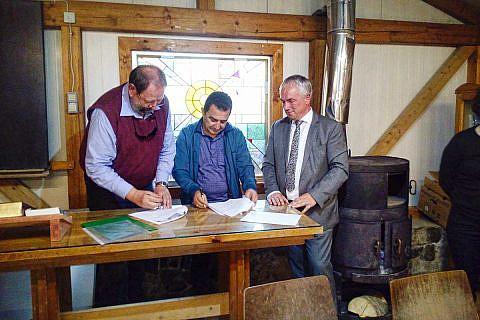 Frieder Weinhold und Bürgermeister Eduart Kapri unterzeichnen in Bishnica den Kooperationsvertrag, im Beisein von Bürgermeister Thomas Beyer, Wismar