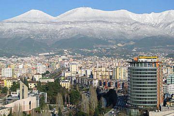 Blick auf Tirana und die umliegenden Berge