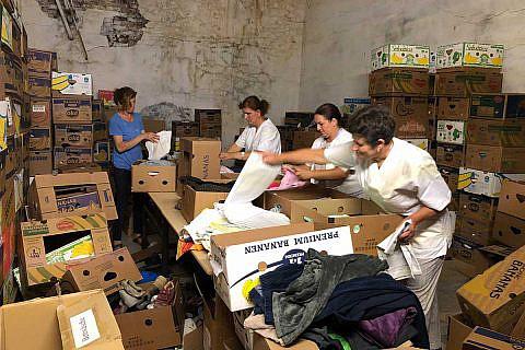 Mitarbeiterinnen der Diakonia Albania beim Packen von Hilfspaketen