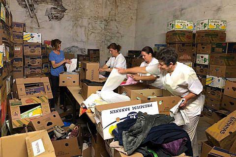 DA-Mitarbeiterinnen bereiten im Lager Familienpakete vor