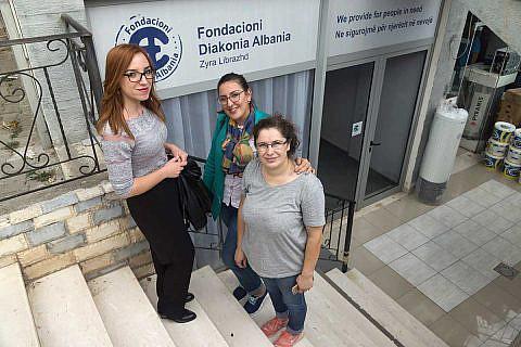 v.l.n.r.: Aurora Zeqo, Diola Malasi und Valbona Balla vor dem neuen Diakonia-Büro in Librazhd