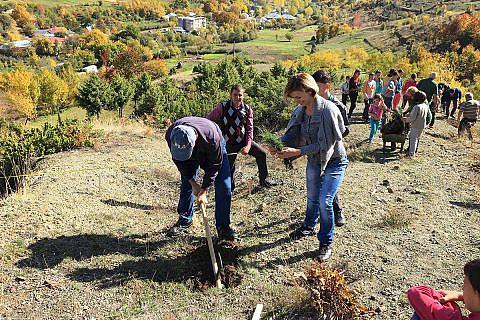 Ende Oktober fahren Christine und Jürgen Reindorf mit dem neuen Vereinsbus nach Bishnica, wo sie mit Schülern und Helfern aus dem Dorf 5.000 Baumsetzlinge einpflanzen