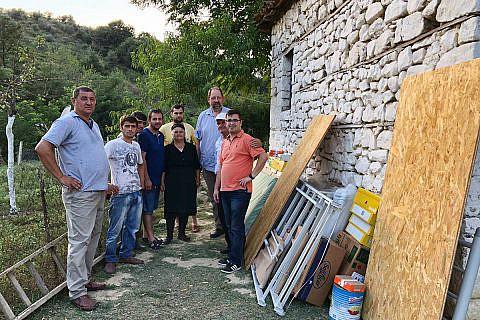 Mit Bauunternehmer Shkelqim Kapllanaj (li) brachten wir Hilfsgüter zu armen Familien in Mallakastra