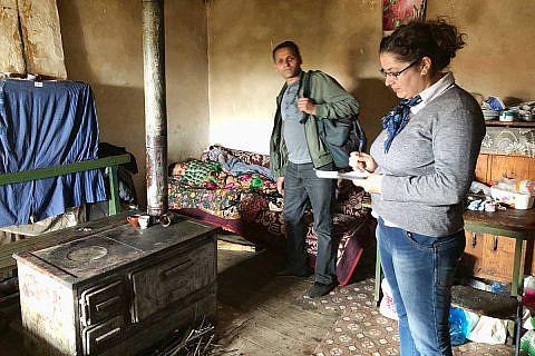 Pfleger Bashkim Lilo und Sozialarbeiterin Valbona Balla bei einem Hausbesuch in der Mokra-Region