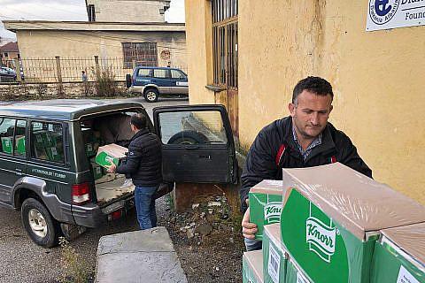 Deshalb führen die Mitarbeiter der Diakonia Albania immer wieder Verteilaktionen für Hilfsgüter durch