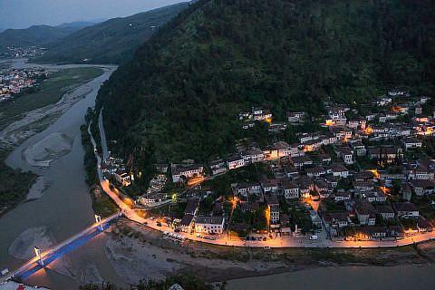 Blick vom Burgberg auf das abendliche Mangalem-Viertel