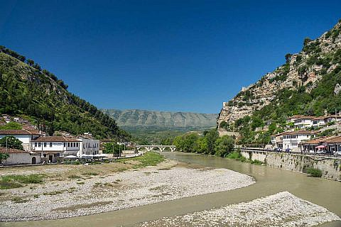 Berat, rechts und links des Osum-Flusses