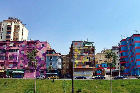Farbenfrohe Fassaden in Tirana