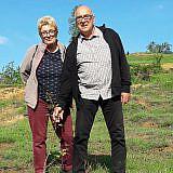 Jürgen und Christine Reindorf aus Lübeck sind zufrieden mit dem Anwachsen der vor zwei Jahren gepflanzten Jungbäume