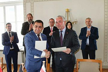 Im Wismarer Rathaus besiegeln die Bürgermeister Eduart Kapri (v.l.) und Thomas Beyer (v.r.) die Städtepartnerschaft zwischen Pogradec und Wismar
