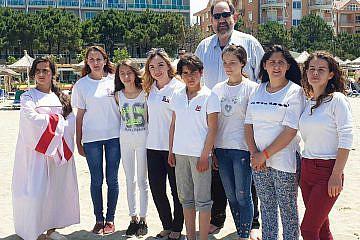 Taufe am Strand von Durrës: Frieder Weinhold, CHW und Aurora Zeqo, DA mit den sieben Täuflingen aus der Mokra