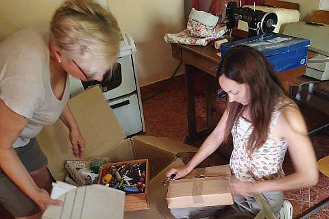 Neben Familienpaketen hatten wir Material für die Nähstube und den Pflegedienst geladen