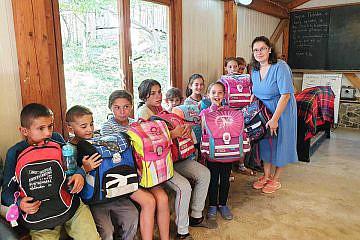 Kinder und Mitarbeiter des Internats Bishnica