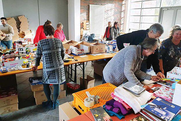 In der Wismarer Reithalle wurden wieder tausende Päckchen gepackt, sortiert und versandfertig gemacht