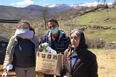 Corona-Hilfsaktion: Valbona Balla und Bashkim Lilo von der Diakonia Albania verteilen Hilfspakete an hilfsbedürftige Familien