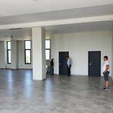 Für das neue Gemeindezentrum in Tirana bringt der Transport Stühle