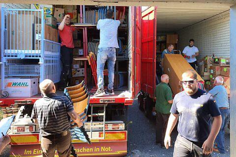 Helfer beim Beladen des DHHN-LKWs im Lager Dorfmecklenburg…