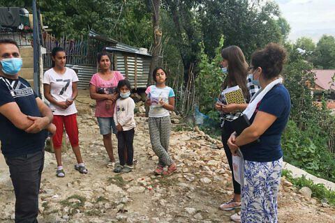 Die Sozialarbeiter der Diakonia Albania zu Besuch bei einer Roma-Familie