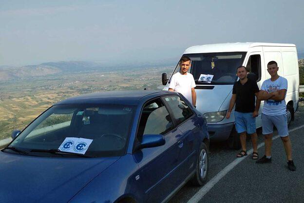 Fatjon Pjetri (mitte) mit Helfern unterwegs in die Dörfer