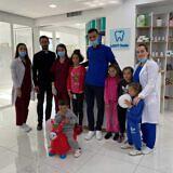 Kinder in der neuen Zahnarztpraxis