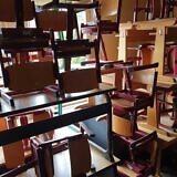 Noch immer sind Schulmöbel u.a. Spendengüter vorrätig
