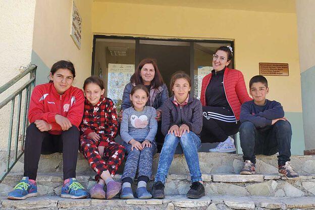 Kinder und Mitarbeiter vor der Schule in Bishnica