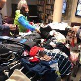 Arme Familien freuen sich über die Kleiderspenden…