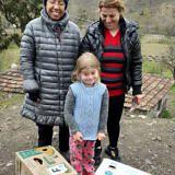 Helfer vor Ort verteilen die Familienpakete